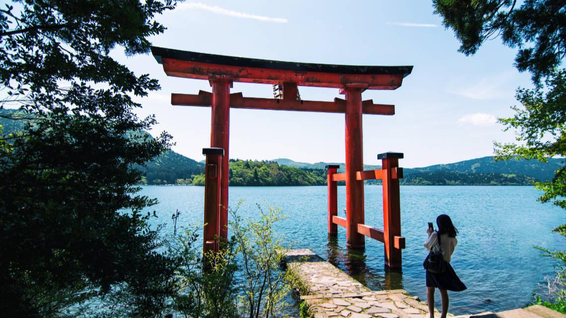 Tori dans un lac à Hakone