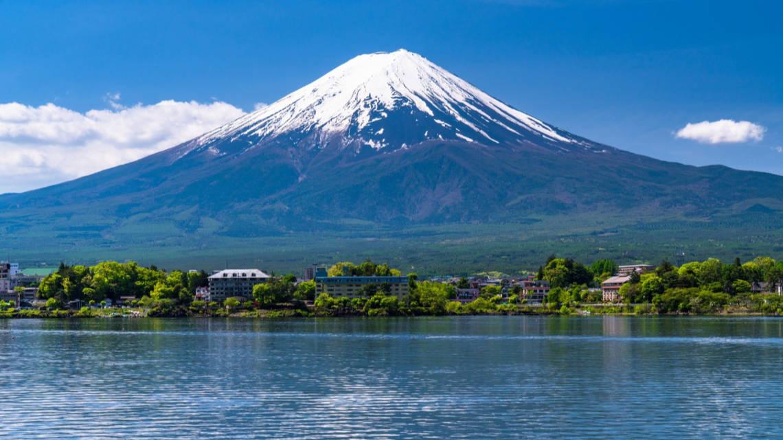 Mont Fuji devant lac