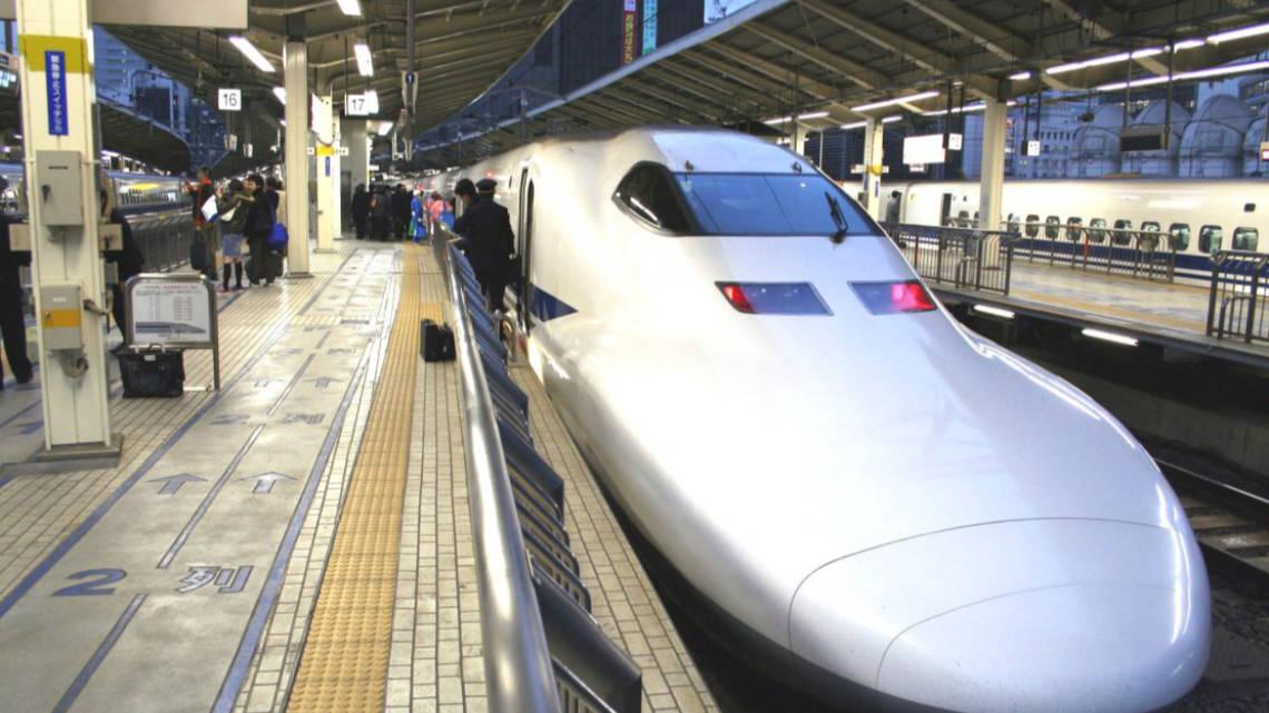 Train shinkansen en gare au Japon