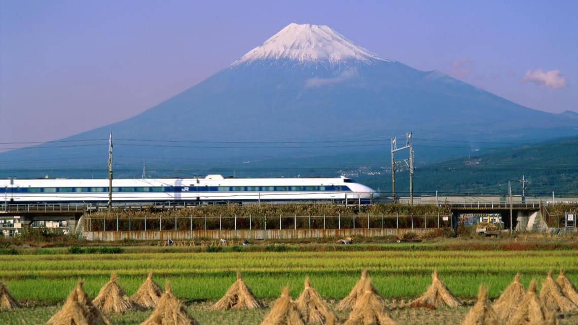 Train Shinkansen passant devant le Mont Fuji